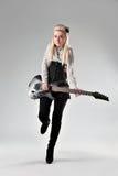 有电吉他的美丽的白肤金发的女孩 免版税库存照片