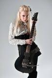 有电吉他的美丽的白肤金发的女孩 库存照片