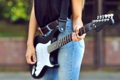 有电吉他的-接近女孩 免版税库存图片