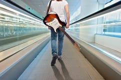 有电吉他的年轻音乐家妇女 免版税库存图片