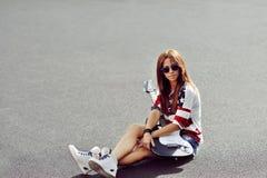 有电吉他的- copyspace时兴的时髦的女孩 图库摄影