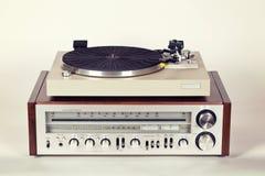 有电唱机转盘的葡萄酒立体声无线电接收机 库存照片