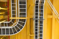 有电子接线的电缆托盘在天花板安排在近海处 免版税库存图片