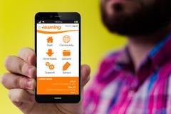 有电子教学的行家智能手机在屏幕上 免版税库存图片