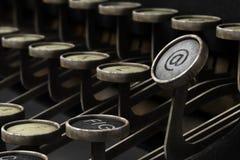 有电子邮件标志的老打字机 免版税库存图片