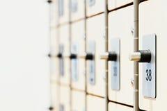 有电子锁和指纹扫描器的衣物柜在现代明亮的健身房 库存照片