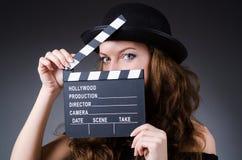 有电影拍板的妇女 免版税库存图片