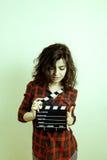 有电影拍板葡萄酒颜色作用的少妇 免版税图库摄影