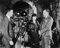 有电影摄影机的三个人 库存照片