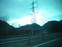 有电源杆的一条高速公路 免版税图库摄影