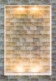 有电灯泡光的现代砖墙 图库摄影