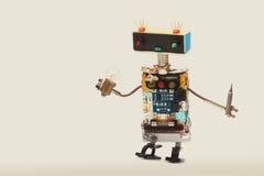有电灯泡和螺丝刀的军人机器人玩具 乐趣亲切的杂物工工作者,五颜六色的顶头红色蓝色电灯泡 图库摄影