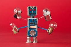 有电灯泡的军人反光板在四只手上 五颜六色的机器人字符拿着不同的减速火箭的灯 滑稽 库存照片