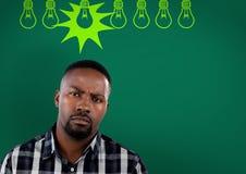 有电灯泡的迷茫的人在绿色背景 库存图片