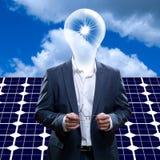 有电灯泡顶头身分的富创意的人在太阳电池板前面和蓝天和太阳 免版税库存照片