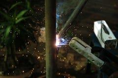 有电焊便携式机器的工作者 库存图片