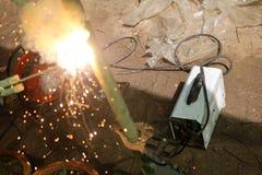 有电焊便携式机器的工作者 免版税库存图片