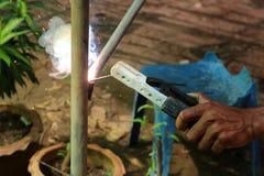有电焊便携式机器的工作者 免版税图库摄影