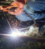 有电焊的工作者 弧金属被保护的焊接 免版税库存照片
