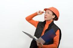 有电螺丝刀和工具的快乐的微笑的妇女建筑工人在苦恼的手上看见了 免版税库存图片