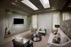 有电视的一个美丽的正派喜怒无常的客厅 库存照片