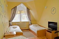 有电视的三倍在墙壁上的旅馆客房和绘画 库存图片