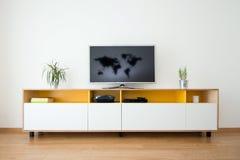 有电视的内阁在上面 免版税库存图片