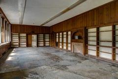 有电视的被放弃的学校图书馆 免版税库存图片
