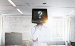 有电视的医生而不是头 混合画法 免版税库存照片