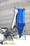 有电设备的一台新的蓝色吸尘器 库存图片