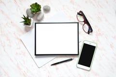 有电话、键盘和笔记本的,文本空间背景的框架平的位置办公室大理石书桌 免版税图库摄影