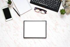 有电话、键盘和笔记本的,文本空间背景的框架平的位置办公室大理石书桌 免版税库存图片