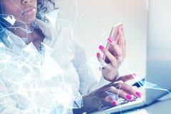 有电话双的严肃的非裔美国人的妇女 免版税图库摄影