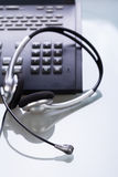 有电话和耳机对象的办公桌 免版税库存照片