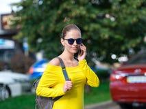 有电话和背包的妇女在城市07 免版税库存图片
