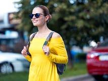 有电话和背包的妇女在城市09 免版税库存照片