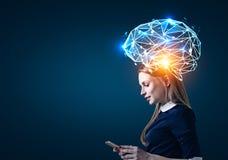 有电话和脑子全息图的白肤金发的妇女 免版税库存图片