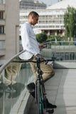 有电话和自行车的人 免版税库存照片