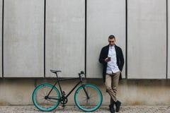有电话和自行车的人 图库摄影