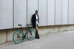有电话和自行车的人 库存图片