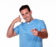 有电话姿态指向的逗人喜爱的护士人 免版税库存图片