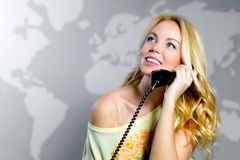 有电话的一个金发碧眼的女人 库存图片