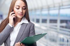 有电话的女商人 免版税图库摄影