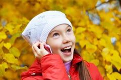 有电话的女孩 免版税库存照片