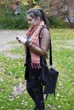有电话的女孩 图库摄影