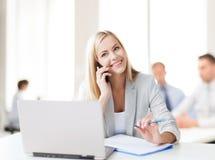 有电话的女实业家在办公室 库存图片