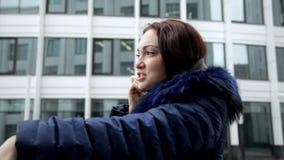 有电话的妇女在手中 影视素材