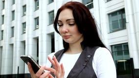 有电话的妇女在手中 股票录像