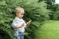 有电话的小男孩 库存照片