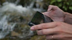 有电话的手采取山河录影慢动作的 股票视频